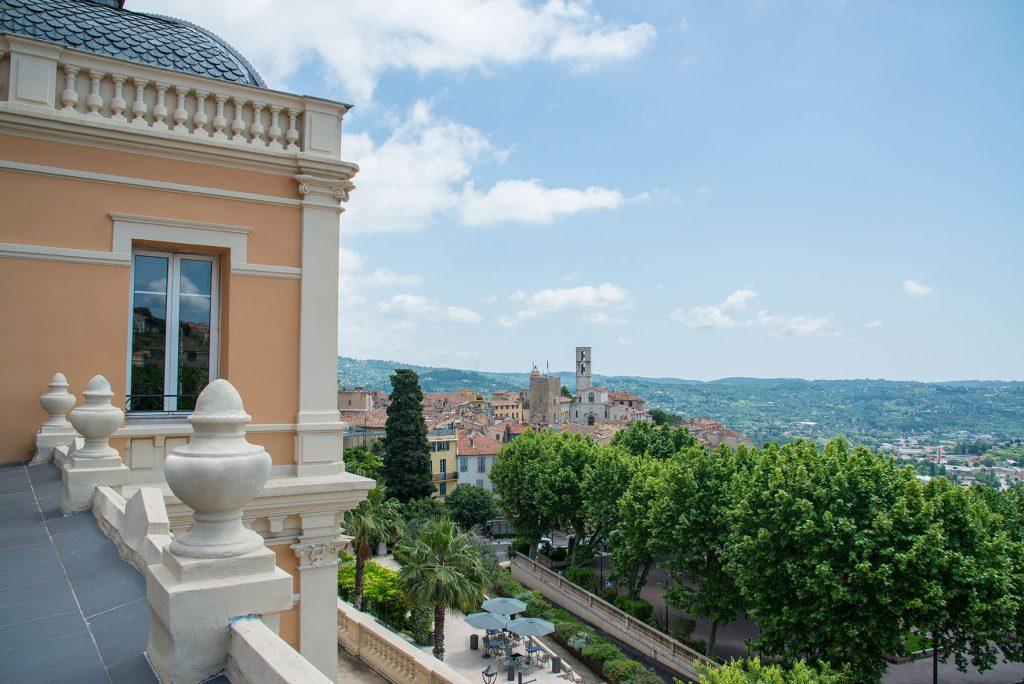 Photo de la vieille ville depuis la palais des congrès de Grasse