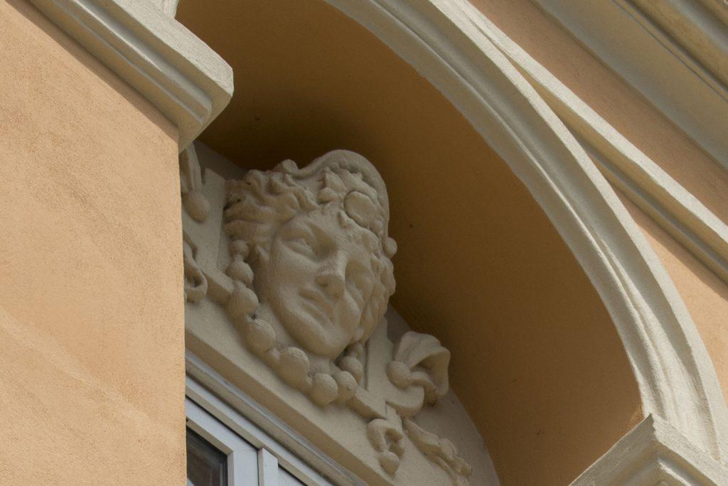 Photo d'un détail architectural de la façade classée du palais des congrès de Grasse