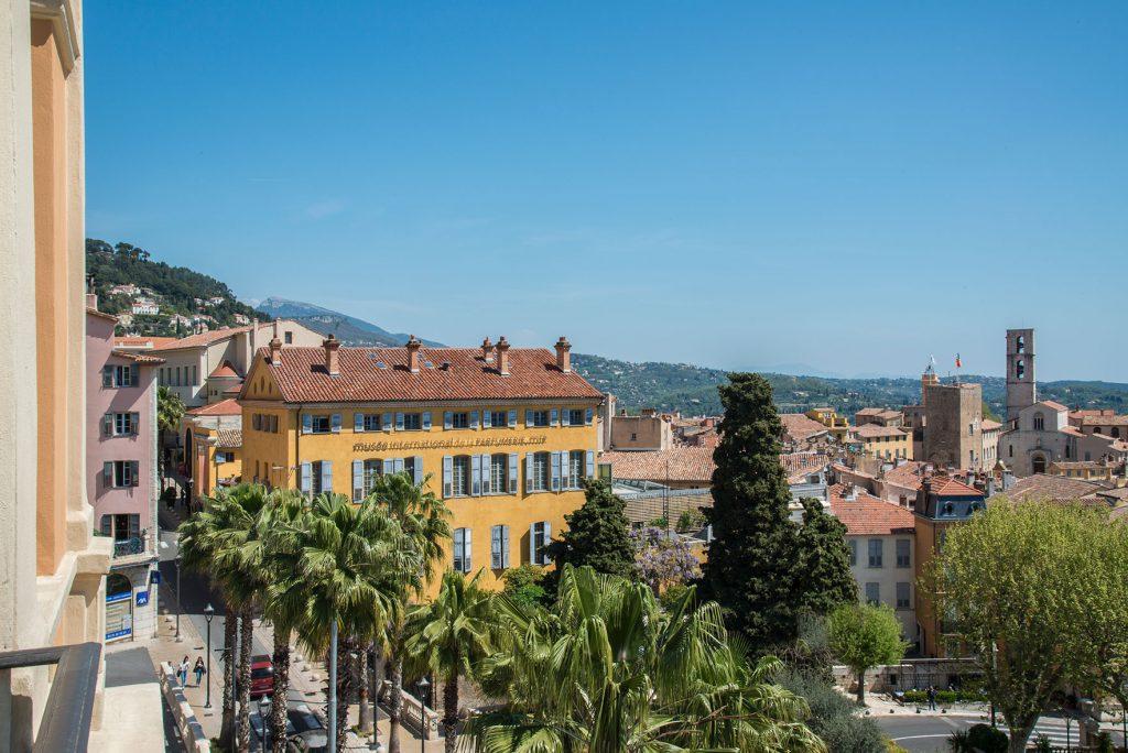 Photo du MIP et de la cité historique depuis le palais des congrès de Grasse
