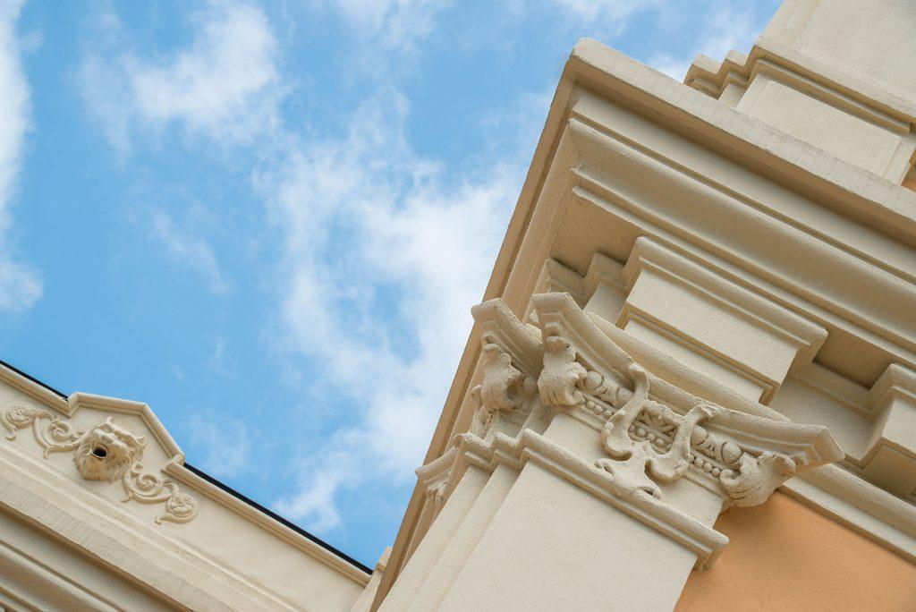 Photo d'un détail architectural de la façade du palais des congrès de Grasse