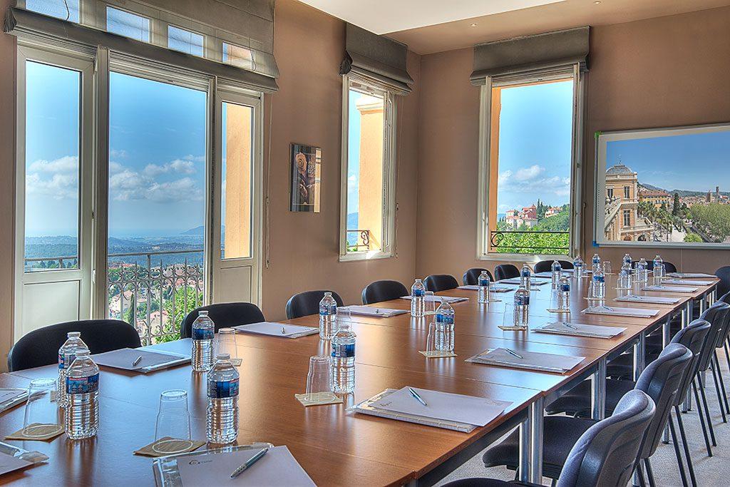 Photo de la salle de presse vue mer du palais des congrès de Grasse