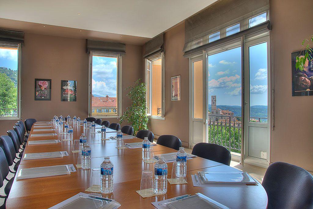 Photo de la salle de presse du palais des congrès de Grasse