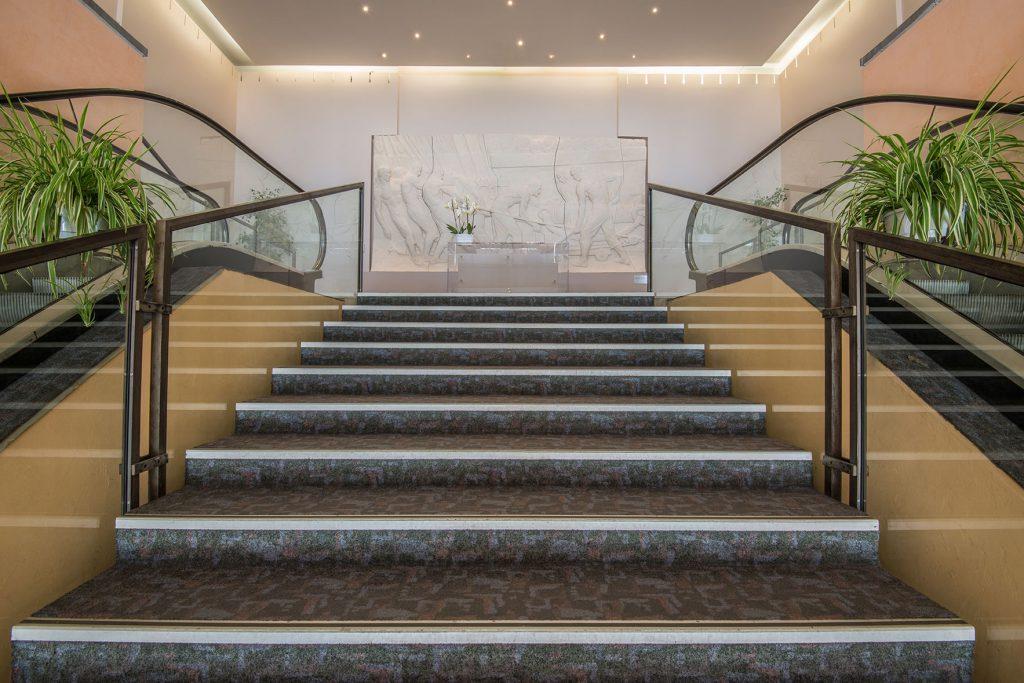 Photo des escaliers et escalators de l'entrée principale