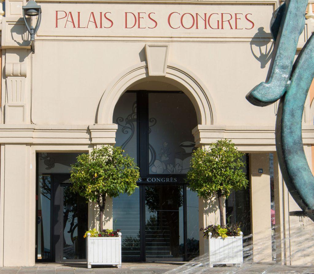 Photo de l'entrée principale du palais des congrès de Grasse