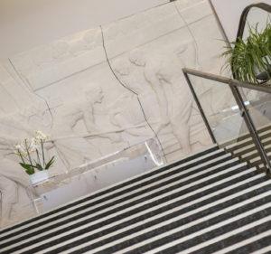 Photo du bas-relief et de la banque d'accueil du palais des congrès de Grasse