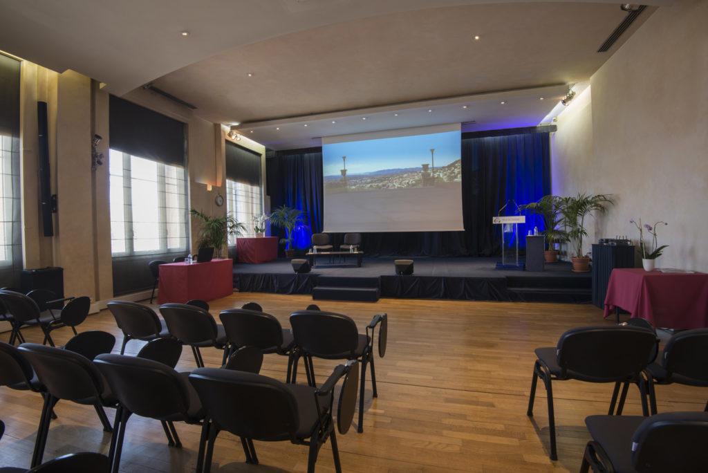 Photo de la scène de la salle plénière du palais des congrès de Grasse